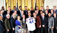 Barack Obama sostiene una franela que le regalaron los Campeones Cubs de Chicago