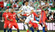 Héctor Moreno busca el balón en el partido contra Chile
