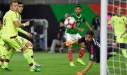 Tecatito tira para marcarle a Venezuela el mejor gol de Concacaf