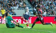 De Nigris saca un disparo durante el partido frente a Chivas