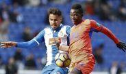 Diego Reyes busca quedarse con el balón en el partido contra Granada