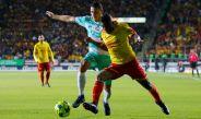 Jefferson Cuero intenta quitarse la marca del jugador santista