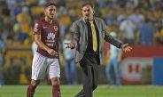 Ricardo La Volpe y Bruno Valdez en el partido contra Tigres