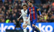 Messi y Modric disputan un balón en un Clásico español