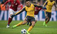 Alexis tira un penalti con el Arsenal en Champions League