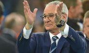 Claudio Ranieri aplaude el desempeño de su equipo en un partido