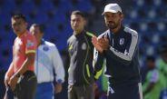 Gerardo Galindo aplaude el desempeño de su equipo en un partido