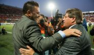Antonio Mohamed y Miguel Herrera se saludan en el Caliente