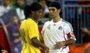 Ronaldinho y Rafa Márquez se saludan durante un encuentro con selecciones