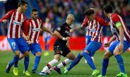 Chicharito es rodeado por jugadores del Atlético de Madrid