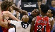 Ibaka y Robin López se pelean en el choque entre Bulls y Raptors