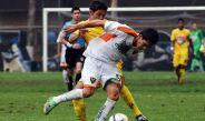 Iván Bella disputa el balón en un juego con Chiapas Sub 20