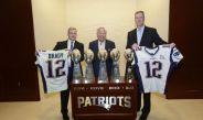 Kraft y compañía posan con las playeras y los trofeos de los Pats