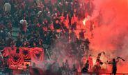 Aficionados del Albania sostienen bengalas en las gradas