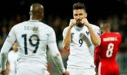 Olivier Giroud celebra con Sidibe su primer gol contra Luxemburgo