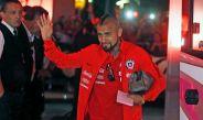 Arturo Vidal saluda a la afición tras arribar a Buenos Aires con la Albiceleste