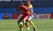 Futbolistas de Tigres y Toluca luchan por el esférico
