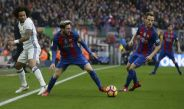 Messi controla un balón durante el Clásico español
