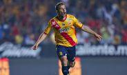 Luis Gabriel Rey celebra un gol con la playera de Monarcas Morelia