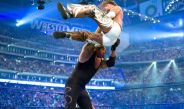 The Undertaker avienta a Shawn Michaels contra la lona durante Wrestlemania 25