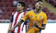 Aquino se lamenta en un juego contra Chivas