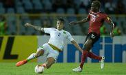 Salcedo se barre durante el partido contra Trinidad y Tobago