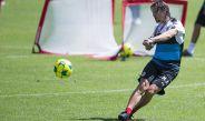 Almeyda le pega al balón durante el entrenamiento