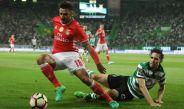 Eduardo Salvio pelea un balón contra Paulo Oliveira