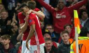 Carrick y Rashford festejan un gol