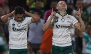 Rodríguez festeja un tanto de Santos frente al América