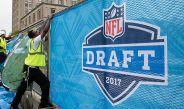El staff de la NFL coloca los letreros previo al Draft 2017