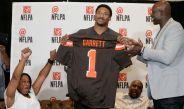 Garrett muestra su nuevo jersey de los Browns