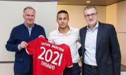 Thiago Alcántara posa con la playera del Bayern tras su renovación