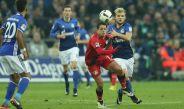 Chicharito disputa un juego con Bayer Leverkusen