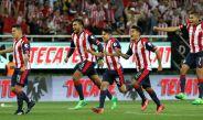 Los jugadores de Chivas corren a festejar el campeonato de la Copa Mx