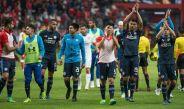 Los elementos de Cruz Azul salen del terreno de juego tras vencer a Toluca