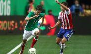 Damm disputa un balón con Óscar Romero en la Copa América Centenario