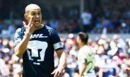 Darío Verón hace un ademán a sus compañeros en un partido de Pumas