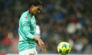 Gullit Peña lanza el balón en un partido con León