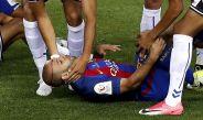 Mascherano quedó tendido en el césped tras el golpe que se llevó