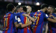 Jugadores de Barcelona festeja un gol contra el Alavés