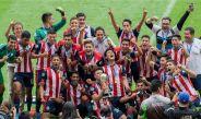 Jugadores de Chivas Sub 20 festejan el título del C2017