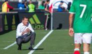 Juan Carlos Osorio observa el partido frente a Croacia