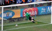 Momento en que Neuer se lanza para tratar de tapar el disparo de Lampard