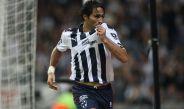 Aldo de Nigris celebra un gol contra Jaguares de Chiapas