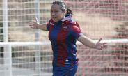 Charlyn Corral corre para festejar un gol con el Levante
