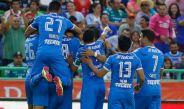 Jugadores de Cruz Azul celebran un gol