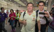 Piojo Herrera sonríe a la lente de RÉCORD en el aeropuerto de la CDMX