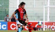 Mauro Formica intenta controlar un balón jugando un partido con Newell's
