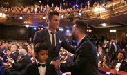 Ronaldo y Messi se saludan en los Premios The Best